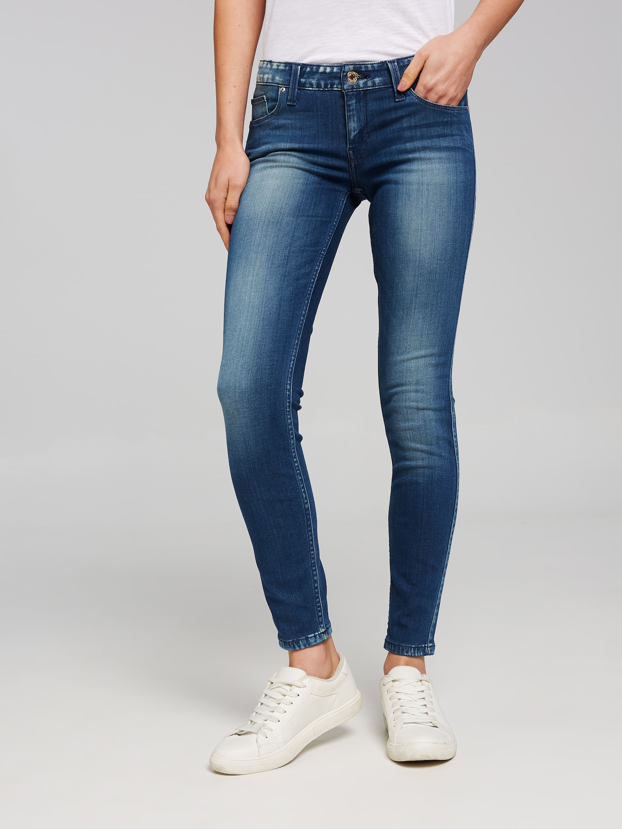 8a2301e5b Guess Mid Rise Skinny Jean In New Reller Wash - Just Jeans Online
